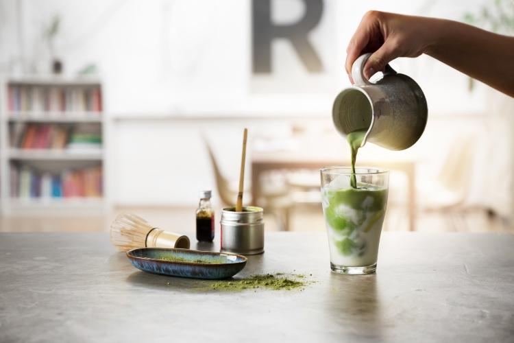 Matcha wird in Glas gegossen